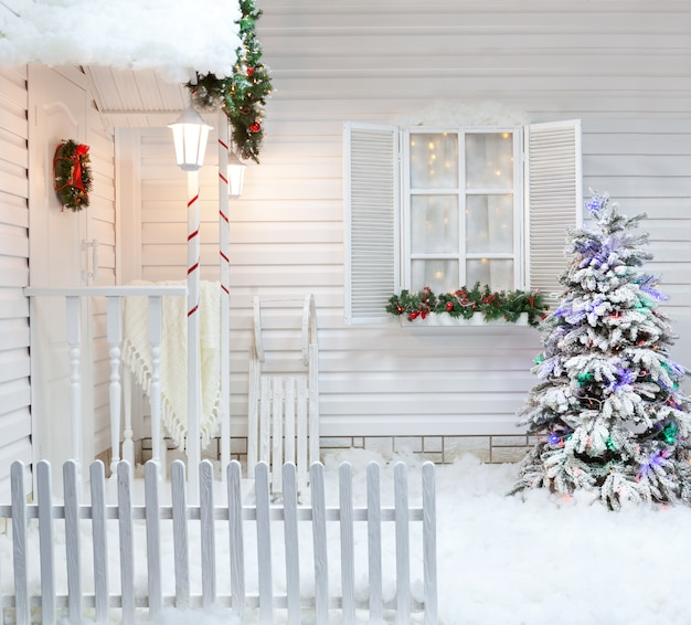 Exterior do inverno de uma casa de campo com decorações de natal no estilo americano. Foto Premium