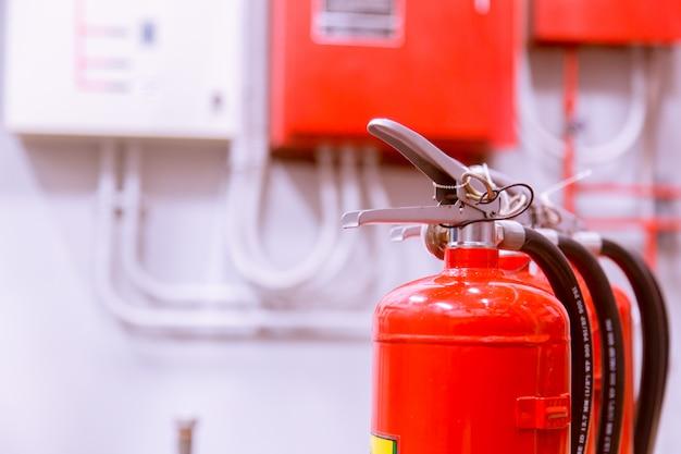 Extintor de tanque vermelho de incêndio visão geral de um poderoso sistema de extinção de incêndio industrial. Foto Premium
