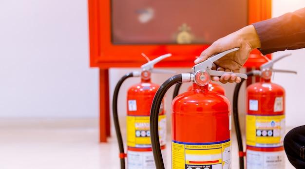 Extintor profissional masculino da inspeção, conceito da segurança. Foto Premium