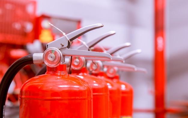 Extintores de incêndio disponíveis em emergências de incêndio. Foto Premium