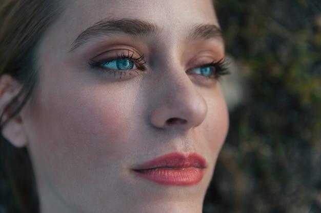 Extremo close-up tiro mulher olhando para cima Foto gratuita