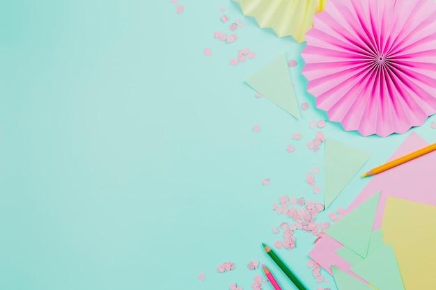 Fã de papel circular rosa feita com papel em pano de fundo verde hortelã Foto gratuita