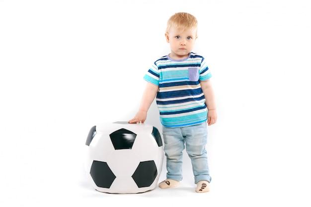 Fã pouco com uma bola de futebol Foto Premium