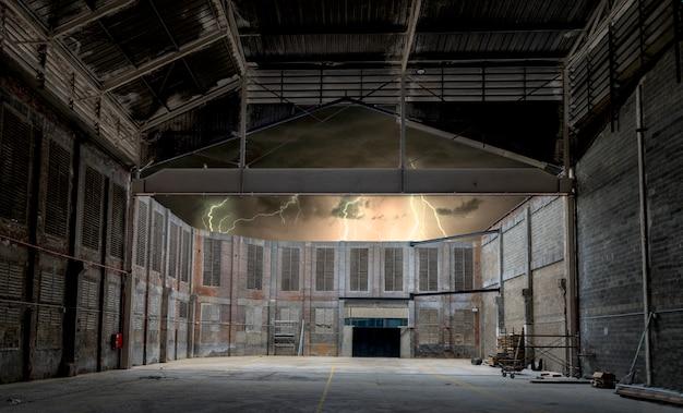 Fábrica abandonada na noite de tempestade Foto Premium