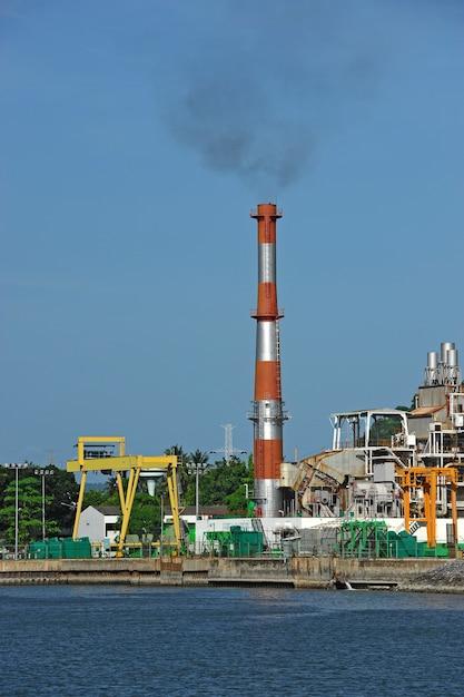 Fábrica da refinaria de petróleo perto do mar, nakornsrithammarad, tailândia. Foto Premium
