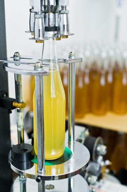 Fábrica de engarrafamento linha de engarrafamento de cerveja para processamento e engarrafamento de cerveja em garrafas Foto Premium