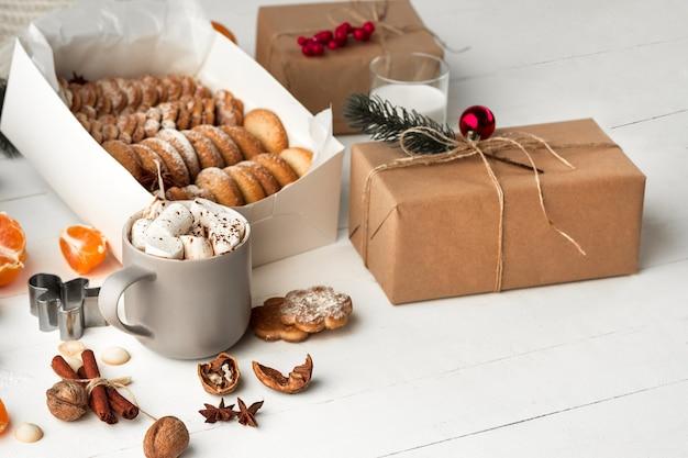 Fabricação de padaria caseira, biscoitos de gengibre em forma de árvore de natal. Foto gratuita