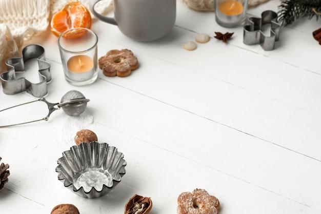 Fabricação de padaria caseira, biscoitos de gengibre em forma de close de árvore de natal. Foto gratuita