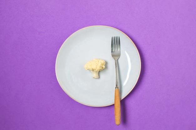 Faça dieta, perda de peso mínima, couve-flor saudável comer na placa, vista superior, copyspace, roxo. Foto Premium