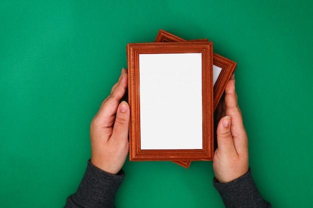 Faça você mesmo. como fazer uma janela de inverno com padrões gelados de molduras e pó de sulfato de magnésio Foto Premium