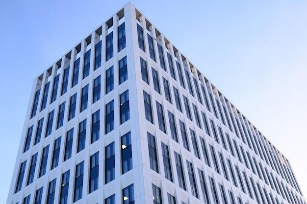 Fachada de edifícios de escritórios modernos em um novo centro de negócios contemporâneo. Foto Premium