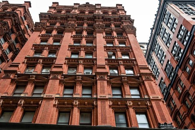 Fachada de um edifício de tijolo vermelho antigo típico em manhattan, nova york Foto Premium