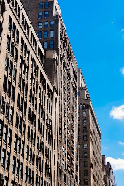 Fachada do edifício financeiro de arranha-céus em dia ensolarado Foto gratuita
