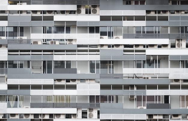 Fachada do edifício residencial moderno no centro de kuala lumpur, malásia Foto Premium