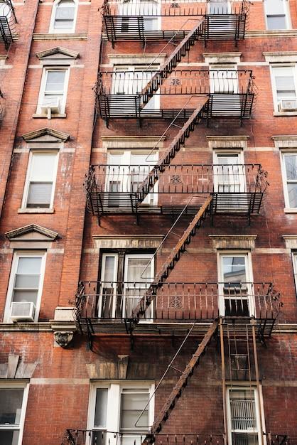 Fachada do prédio com escada de incêndio Foto gratuita