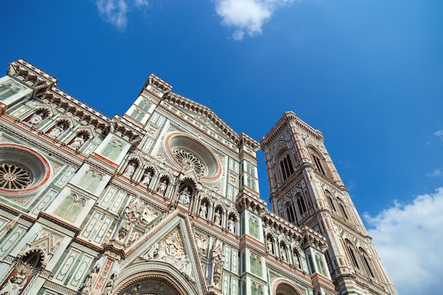 Fachada principal da catedral de florença e torre sineira. arquitetura gótica italiana Foto Premium