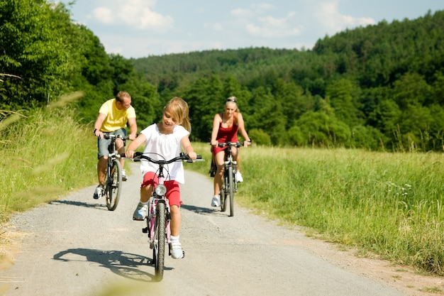 Fahrradfahren in familie Foto Premium
