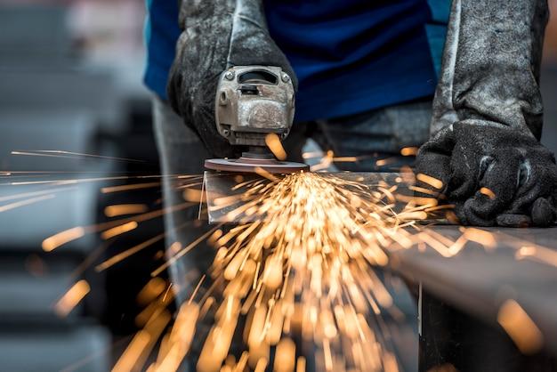 Faíscas durante o trabalho com o aço na fábrica Foto Premium