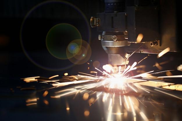 Faíscas voam para fora da cabeça da máquina para processamento de metais Foto Premium