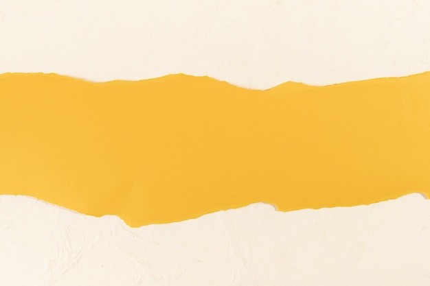 Faixa amarela em um fundo rosa pálido Foto gratuita