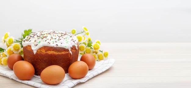 Faixa larga, com, bolo páscoa, e, ovos coloridos, flor amarela, flores, ligado, fundo Foto Premium