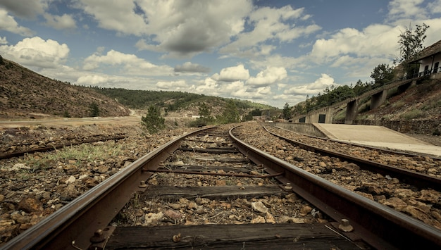 Faixas antigas do trem de mineração entre montanhas na estação de zarandas Foto Premium