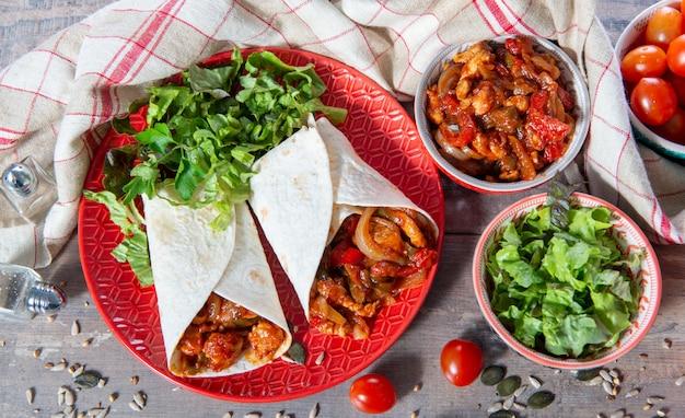 Fajitas com frango, cozinha mexicana, culinária tex-mex Foto Premium