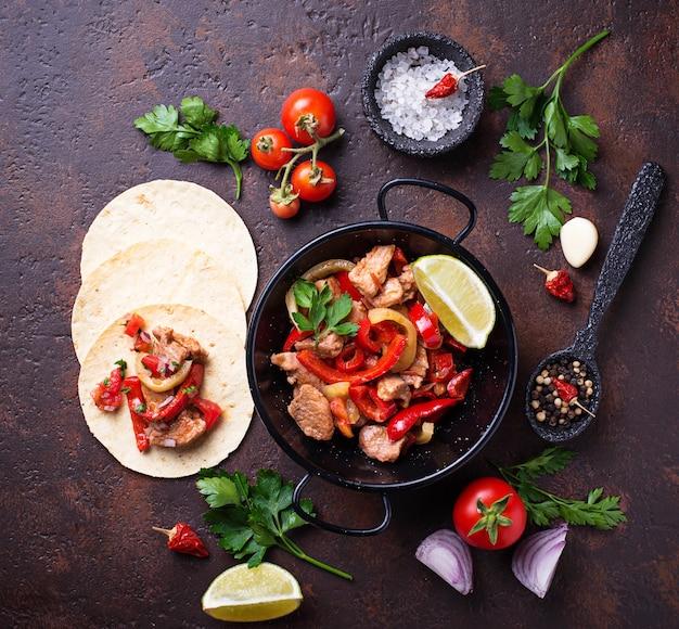 Fajitas com pimentos para cozinhar tacos mexicanos Foto Premium