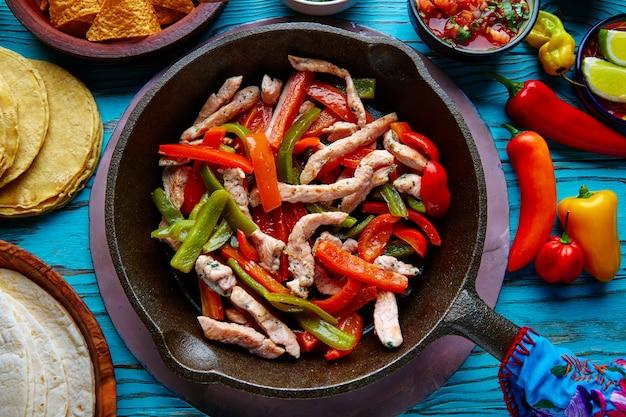 Fajitas de frango em uma panela de pimentão e os lados mexicano Foto Premium