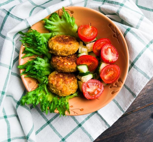Falafel de grão de bico frito e salada de legumes frescos Foto Premium