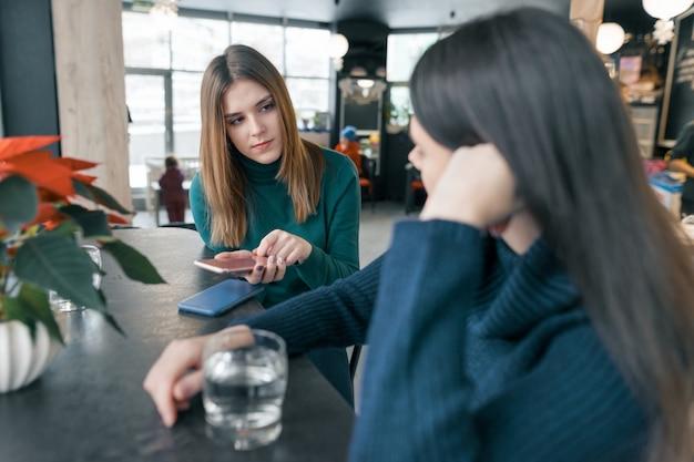 Falando, mulheres jovens Foto Premium