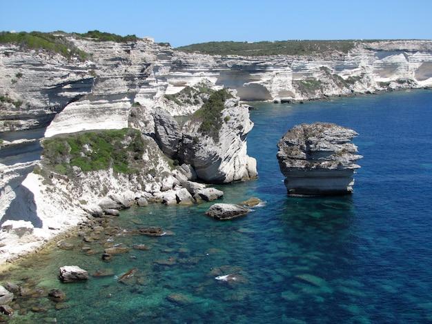 Falésias calcárias no mar mediterrâneo Foto Premium