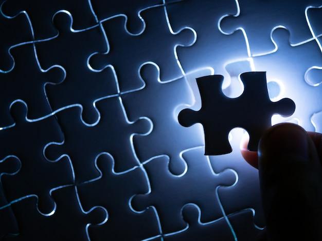 Faltando peça de quebra-cabeça com iluminação, conceito de negócio para completar a peça de quebra-cabeça de acabamento. Foto Premium