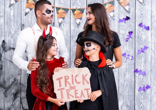 Família adorável pronta para a festa de halloween Foto gratuita