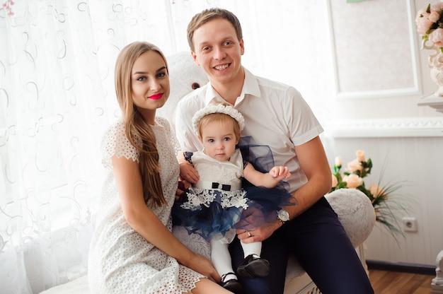 Família adorável, sorrindo e rindo, posando para a câmera e se abraçando Foto Premium