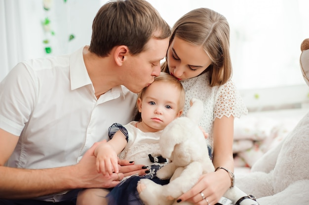 Família adorável, sorrindo e rindo, posando para a câmera Foto Premium