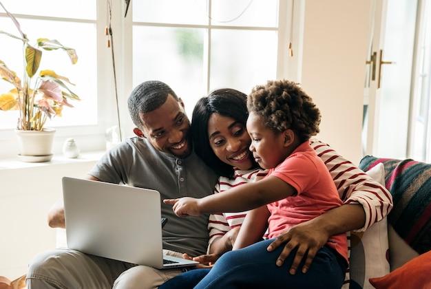 Família africana a passar tempo juntos Foto gratuita