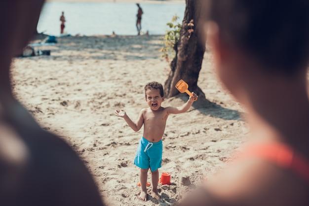 Família afro-americana está descansando na praia Foto Premium