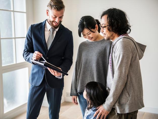 Família asiática comprar casa nova Foto Premium