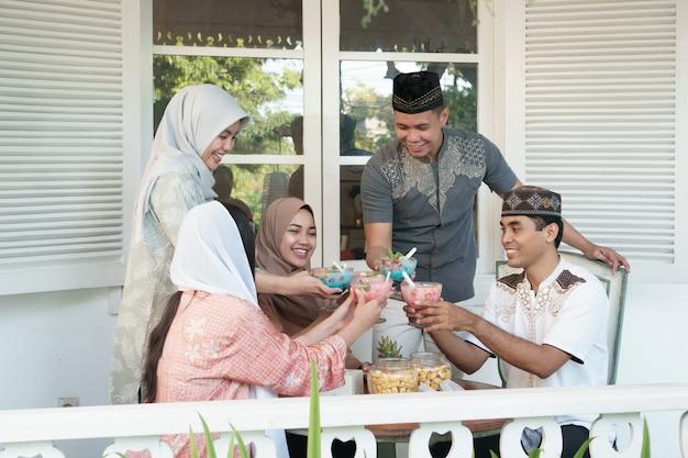 Família asiática muçulmana tendo sahoor ou sahur Foto Premium