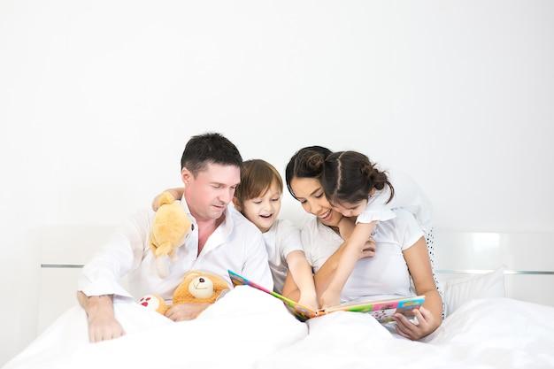Família asiática passar tempo felicidade férias união Foto Premium