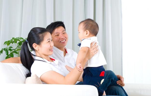 Família asiática que joga com bebê Foto Premium