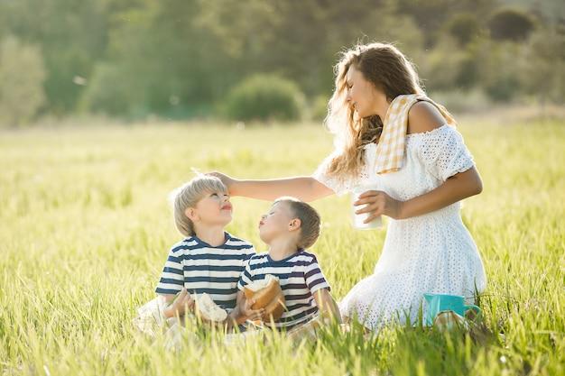 Família bebendo leite ao ar livre Foto Premium