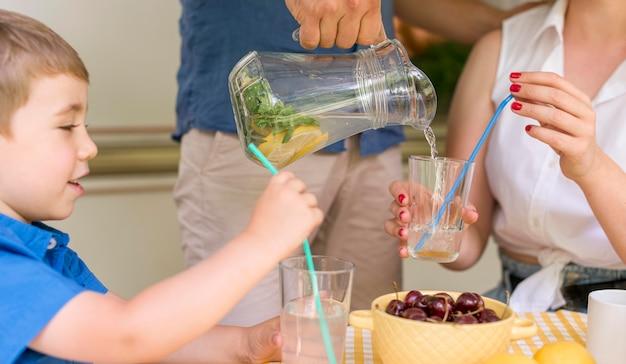 Família bebendo limonada lá fora Foto gratuita