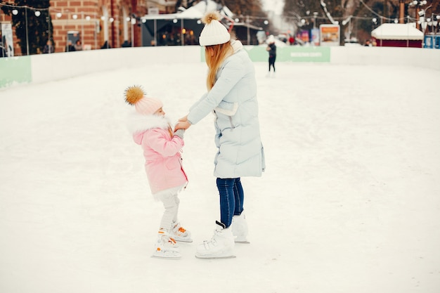 Família bonita e bonita em uma cidade de inverno Foto gratuita