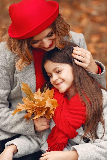 Família bonita e elegante em um parque de outono Foto gratuita