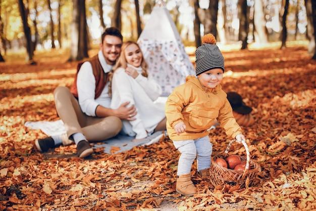 Família bonita e elegante em um parque Foto gratuita