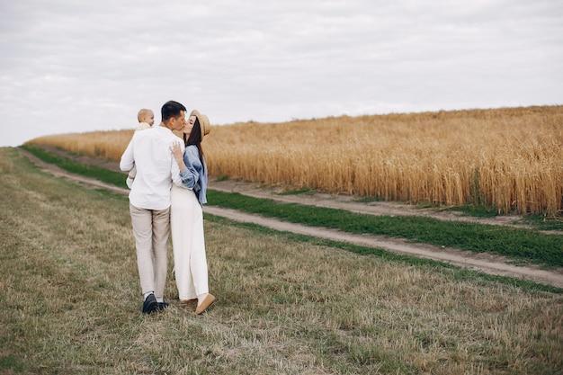 Família bonita jogando em um campo de outono Foto gratuita