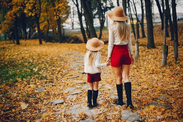 Família bonito e elegante em um parque de outono Foto gratuita