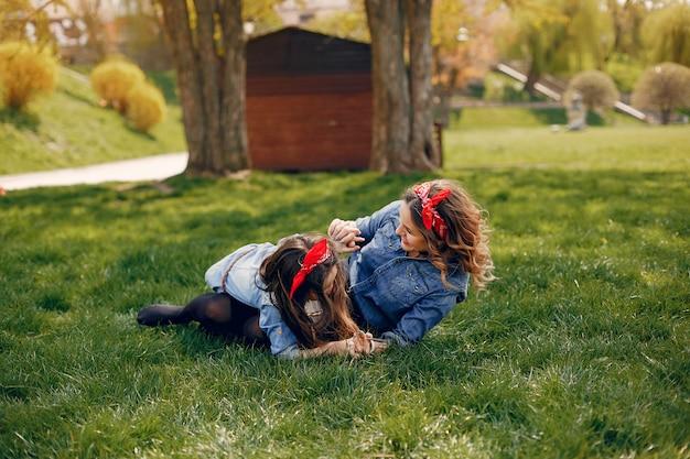 Família bonito e elegante em um parque de primavera Foto gratuita
